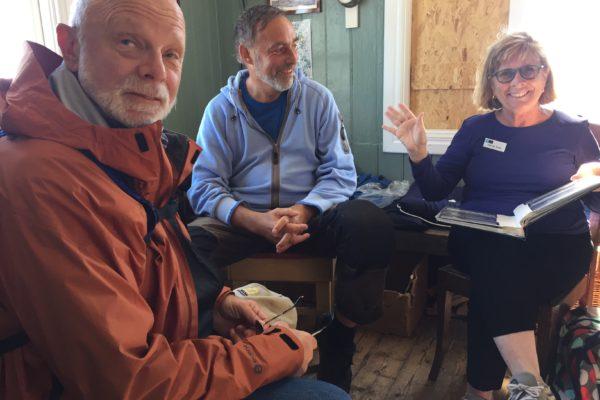 Amerikanska gäster Harvey and Hank tillsammans med Lappe värd då National Geographic Expeditionsfartyget besökte Väderöarna_170618